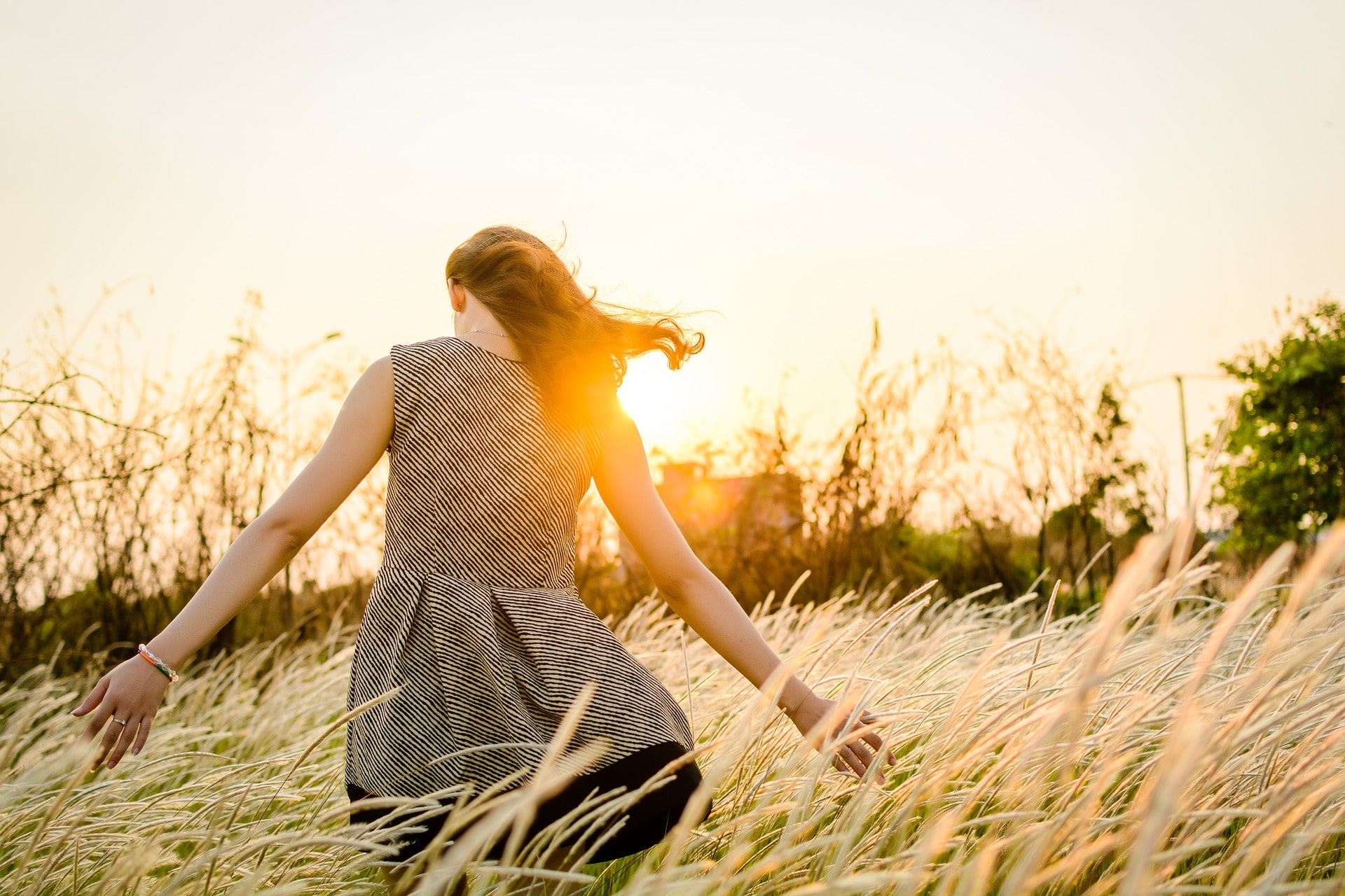 幸せそうに歩く女性の姿